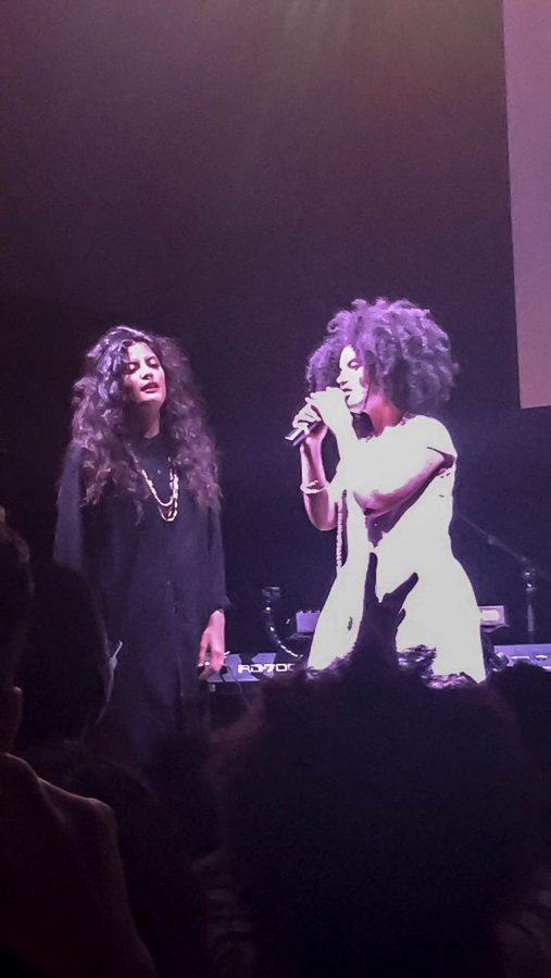 Naomi+Diaz+and+Lisa+Kainde%2C+the+members+of+Ibeyi%2C+on+stage