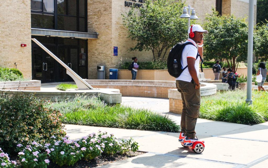 Student has found a new way to travel between classes (photo: Enori Atsu)