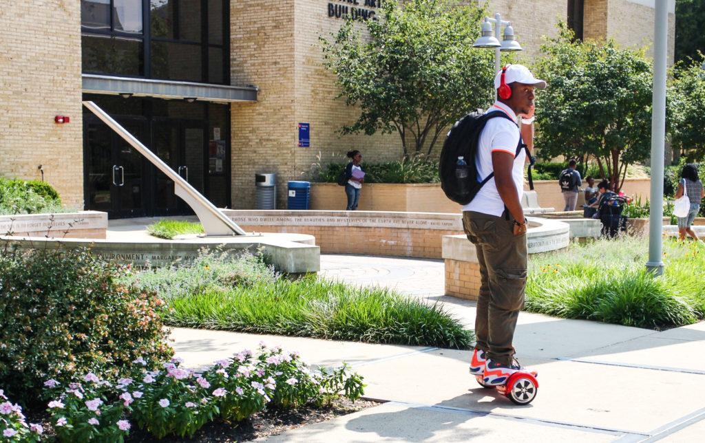 Student has found a new way to travel between classes (photo: Enori Atsu)